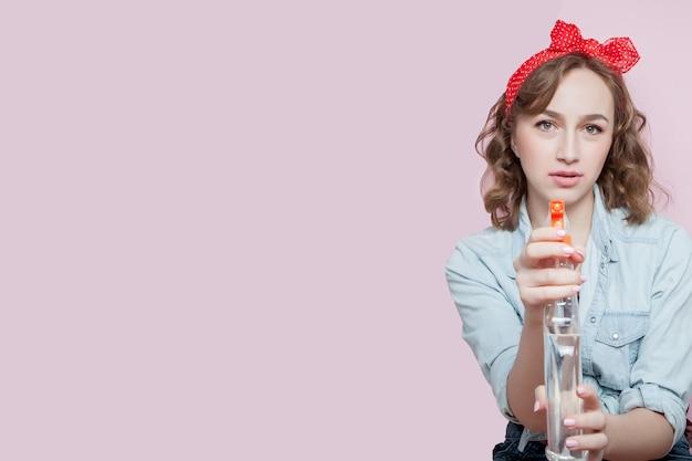 De mooie jonge vrouw met speld maakt omhoog en kapsel met het schoonmaken van hulpmiddelen