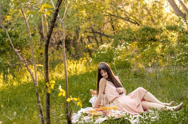 De mooie jonge vrouw ontspannen tijd in het park