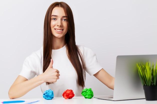 De mooie jonge vrouw toont op onderwerpen het concept bedrijfsontwikkeling aan