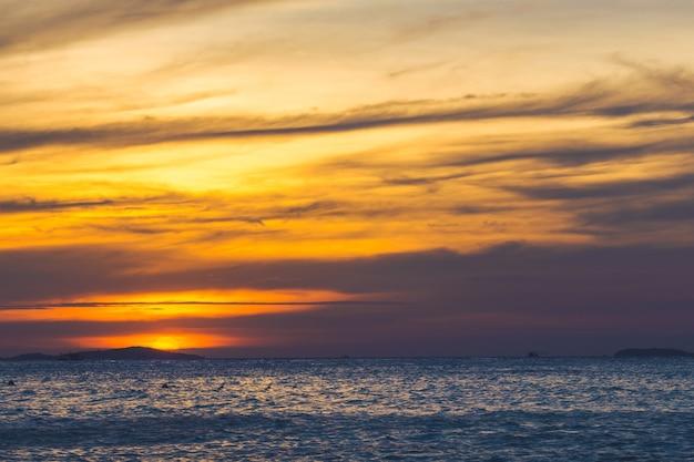 De mooie lucht en de zee bij zonsondergang.