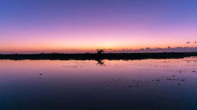 De mooie mening van de landschapsaard in ochtend met bezinningen tijdens zonsopganglandschap