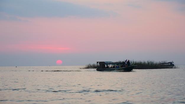 De mooie mening van het zonsonderganglandschap van tonle sap-meer in siem oogst, kambodja.