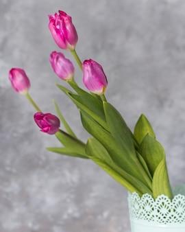 De mooie natuurlijke tulpen sluiten omhoog