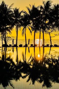 De mooie palm van de silhouetkokosnoot op hemel rond zwembad in hoteltoevlucht neary overzeese oceaan b