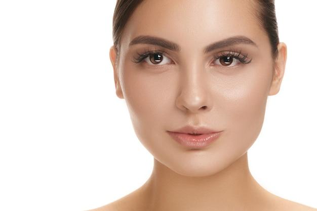 De mooie perfecte huid van het meisjesgezicht