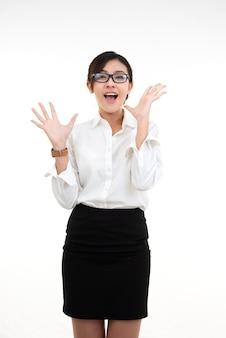 De mooie succes jonge aziatische bedrijfsvrouw die glazen dragen draagt witte kraag