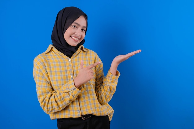 De mooie uitdrukking van de vrouwen mooie welkome glimlach en wees met haar hand