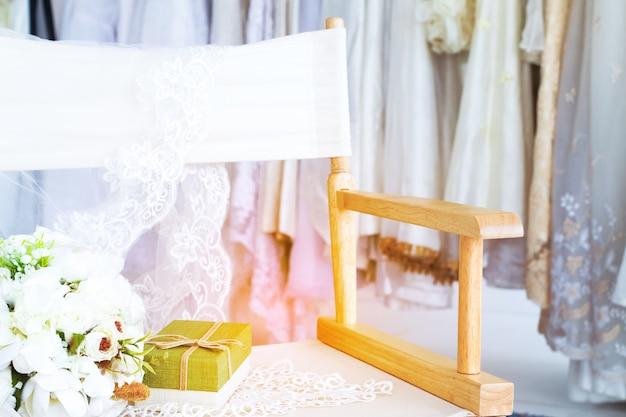 De mooie vlakte legt canvasstoel op paskamerachtergrond van huwelijk of valentijnskaartenconcept