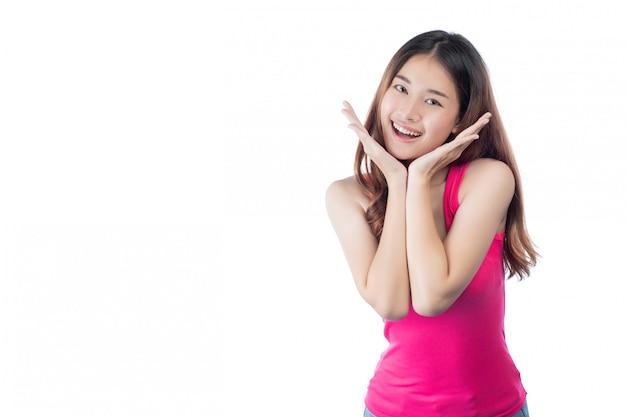 De mooie vrouw draagt een roze overhemd met een glimlach die haar hand toont