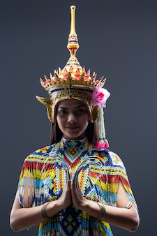 De mooie vrouw in thaise zuidelijke volksdansen, gemaakt van kleurrijke kraal