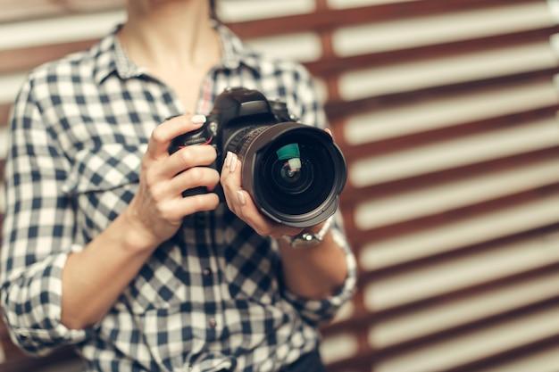 De mooie vrouw is een professionele fotograaf met dslrcamera