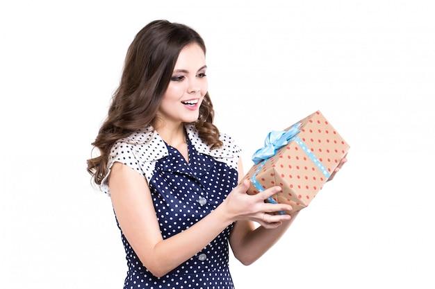 De mooie vrouw is gelukkig met een geïsoleerde gift.