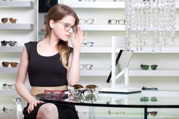 De mooie vrouw koopt nieuw bril