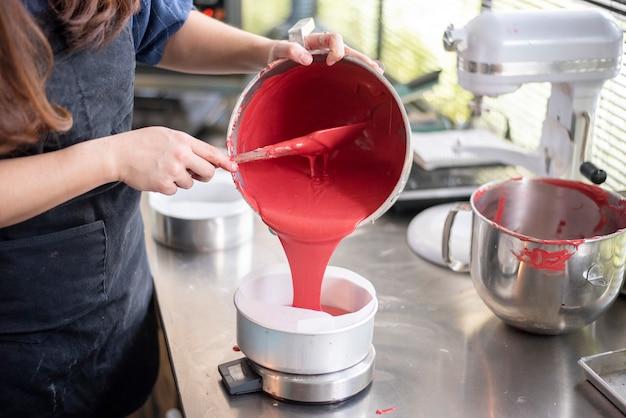 De mooie vrouw maakt bakkerij