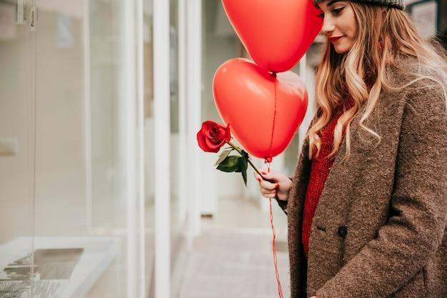 De mooie vrouw met ballons en nam toe