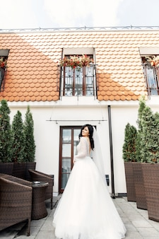 De mooie vrouw poseren in een trouwjurk