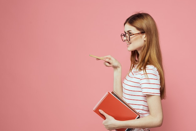 De mooie vrouwelijke geïsoleerde boeken van de studentenholding