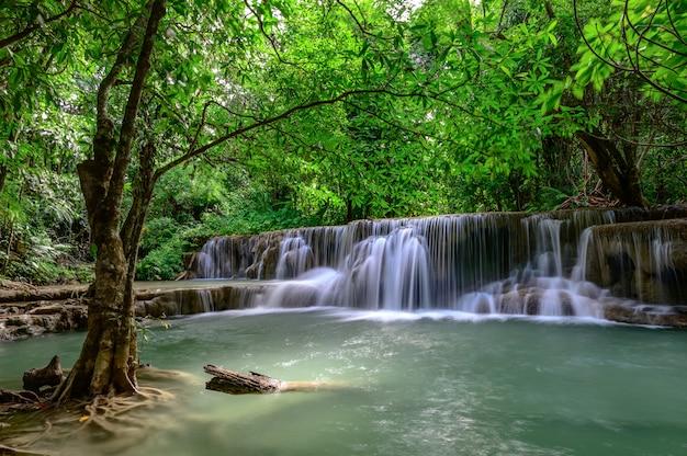 De mooie waterval is de waterval van naamhua mae kamin in het nationale park van erawan, kanchanaburi-provincie, thailand.
