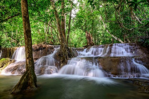 De mooie waterval is naam hua mae kamin waterval in erawan national park