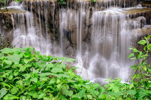 De mooie waterval is naam hua mae kamin waterval in het nationale park van erawan, kanchanaburi-provincie, thailand.