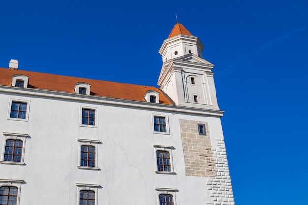 De mooie witte bouw van het kasteel van bratislava op de heuvel, slowakije
