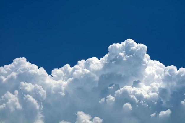 De mooie wolken van de detailhoop met duidelijke blauwe hemel en zon