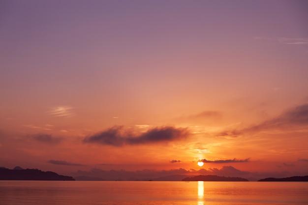 De mooie zoete purpere mening van het kleurenlandschap van zeegezicht in zonsopgang of zonsondergangtijd bij phuket