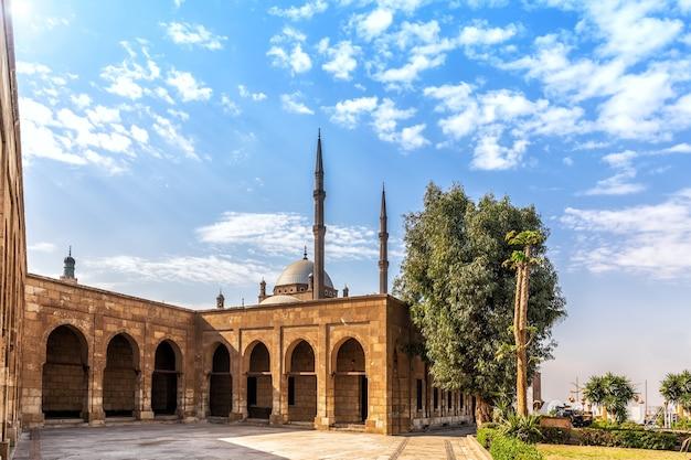 De moskee in de citadel van caïro, zonnig uitzicht.