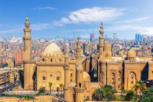 De moskee-madrassa van sultan hassan, uitzicht vanaf de citadel van caïro, egypte.
