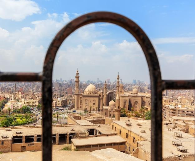 De moskee-madrassa van sultan hassan, uitzicht vanaf het hek van de citadel, caïro, egypte.