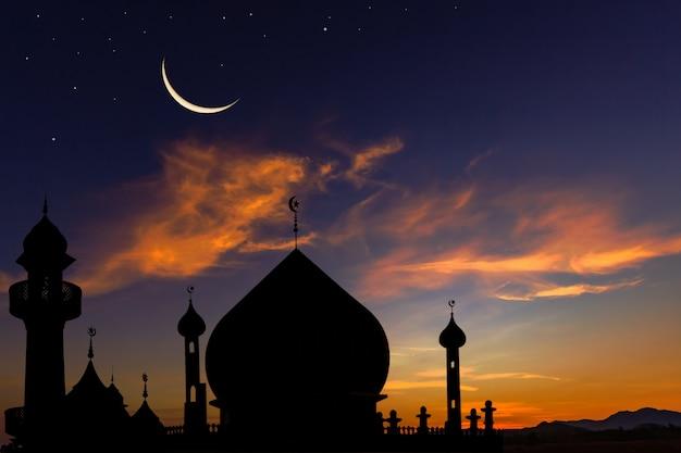 De moskeeën van de silhouetkoepel op schemerhemel en wassende maan