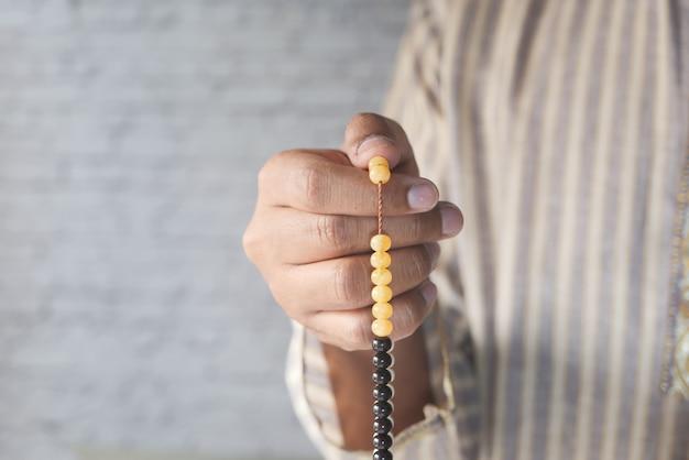 De moslimmens die tijdens ramadan bidden, sluit omhoog