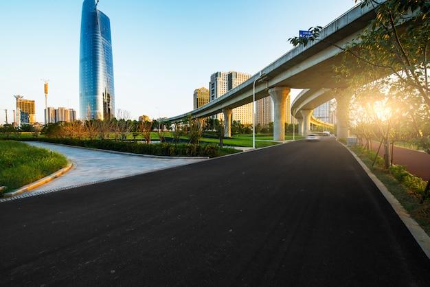 De motieonduidelijk beeld van het wegviaduct met stadsachtergrond.
