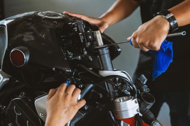 De motor van de close-up bigbike motorfiets in reparatiepost