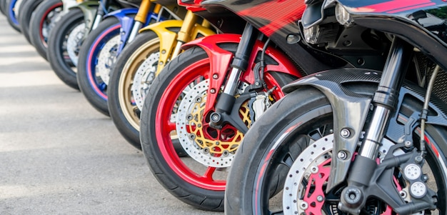 De motorfietsen groeperen parkeren op stadsstraat in de zomer