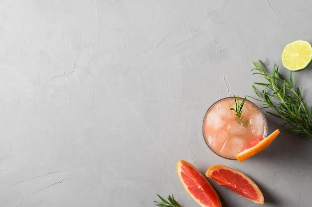 De mousserende cocktail van grapefruit met limoen versiert