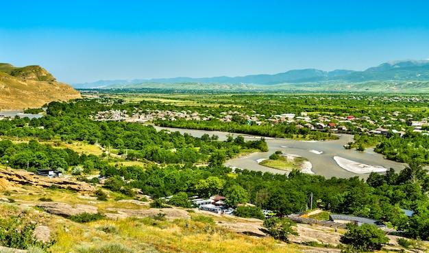 De mtkvari- of kura-rivier bij uplistsikhe in georgië, de kaukasus-regio van eurazië