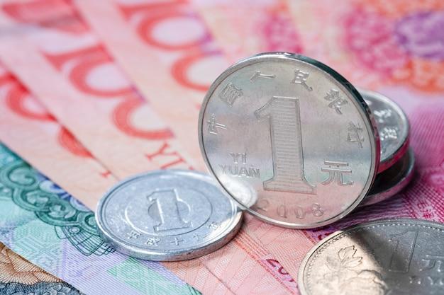 De muntstukken en het bankbiljet van close-upchina yuan voor uitwisselingsbesparing en investeringsconcept.