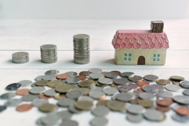 De muntstukkenstapel voor besparingsgeld, besparingsplannen voor huisvestings financieel concept, sluit omhoog