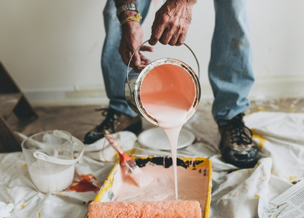 De muren roze schilderen