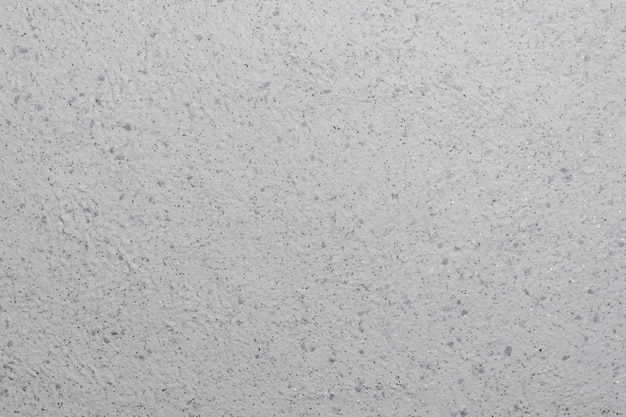 De muur is bedekt met mooi getextureerd gips met pailletten. de optie van decoratie.