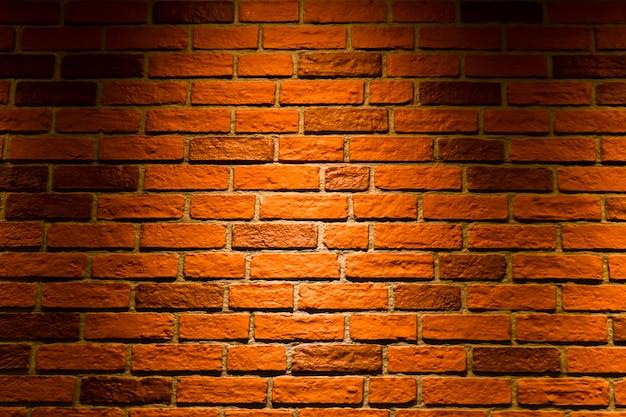 De muur is gemaakt van rode bakstenen.