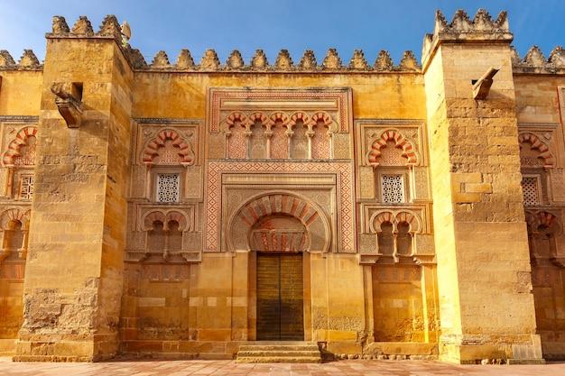 De muur van de grote moskee mezquita, cordoba, spanje