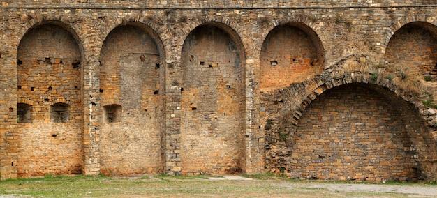 De muur van het kasteelfort in ainsa-dorp aragon de pyreneeën