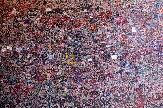 De muur vol met berichten in het huis van julia, verona