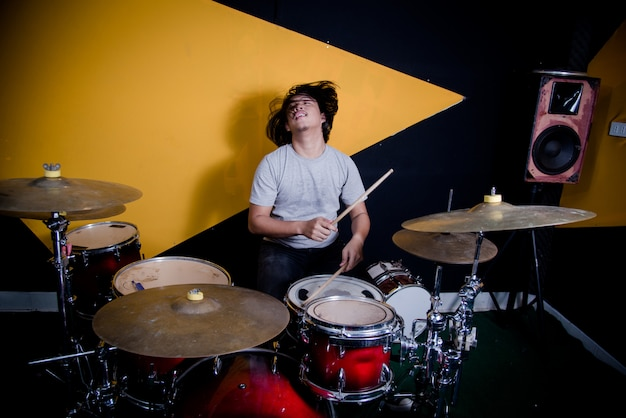 De muziek van de mensenopname op drumstel in studio