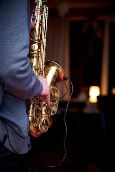 De muzikant speelt jazzmuziek op de saxofoon.