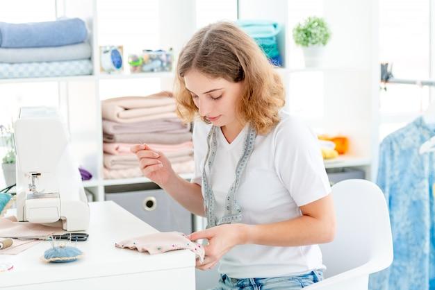 De naaister naaien dient langs workshop in
