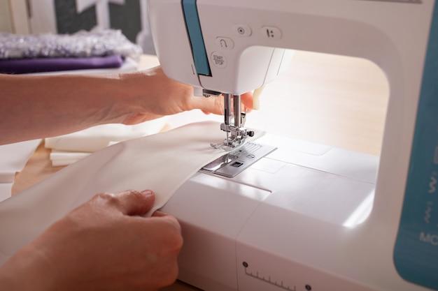De naaisters zijn muf op de naaimachine