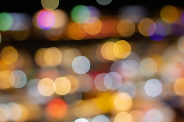 De nacht-vage foto vertroebelde bokeh achtergrond defocused lichten.